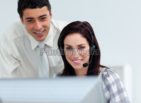 assertive manager ueberprueft die arbeit seines