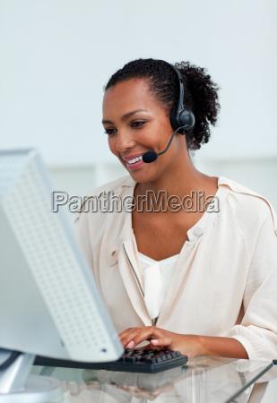 froehliche geschaeftsfrau mit headset bei der