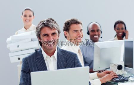 portrait eines positiven business team bei