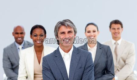portraet eines selbstbewussten business teams