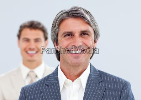 portraet von zwei laechelnd geschaeftsleute