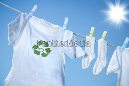 t shirt mit recycling logo trocknen