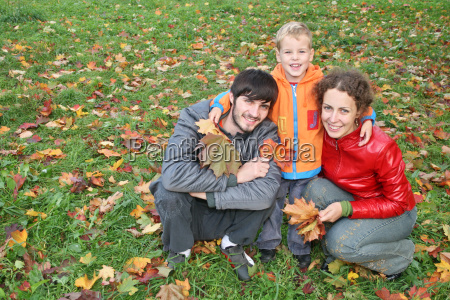 herbst familie mit stand junge