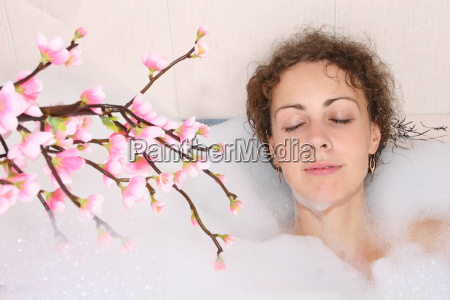 maedchen in der badewanne mit zweig