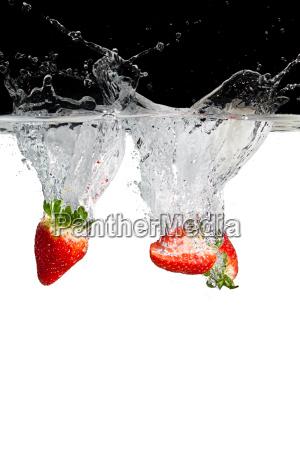erdbeerhaelften in water