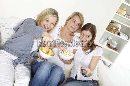 drei freundinnen schauen fern