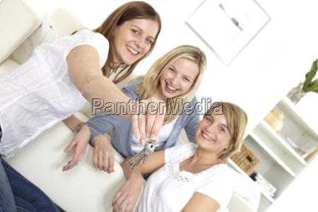 freundinnen mit schluesselbund