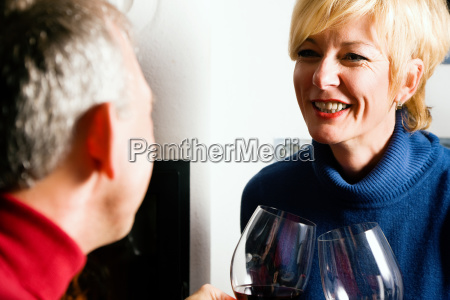paar trinkt rotwein