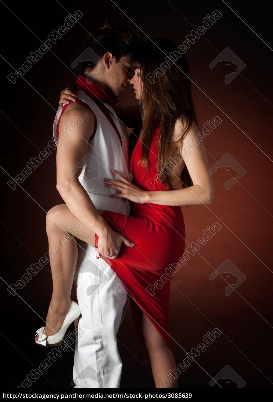 junges paar tanzt umarmung leidenschaft romanze auf lizenzfreies bild 3085639 bildagentur. Black Bedroom Furniture Sets. Home Design Ideas
