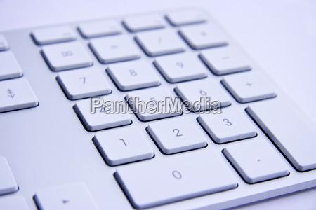 tastatur auf weissem hintergrund