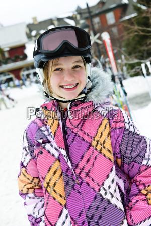 glueckliches maedchen in skihelm im winter