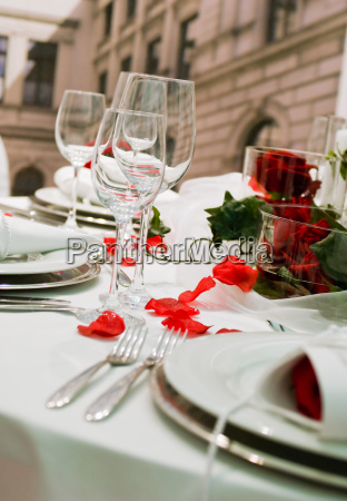 gedeckte festtafel mit rosendekoration