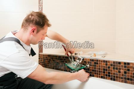 installateur bringt mischbatterie im bad