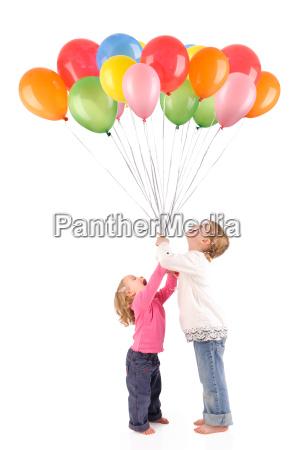 kinder mit luftballons