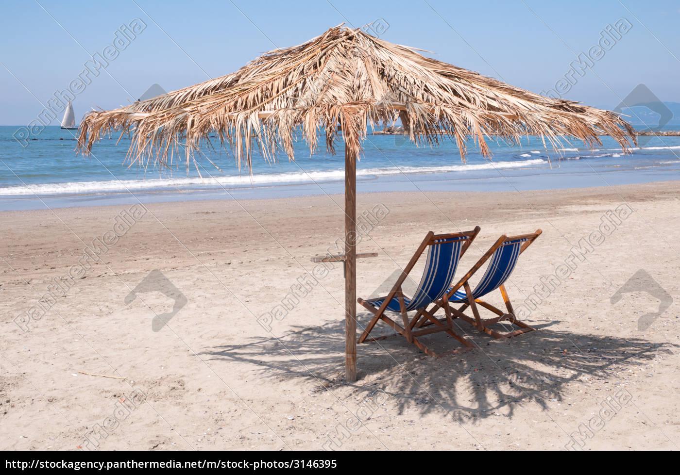 leerer strand für den sommer warten  lizenzfreies bild