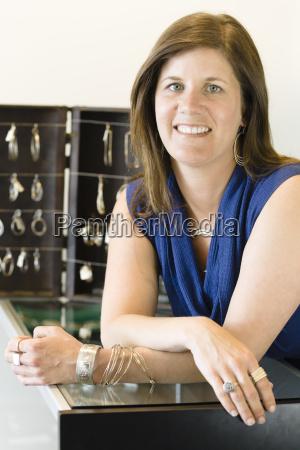 frau schmuck juwelierwaren pretiosen geschmeide preziosen