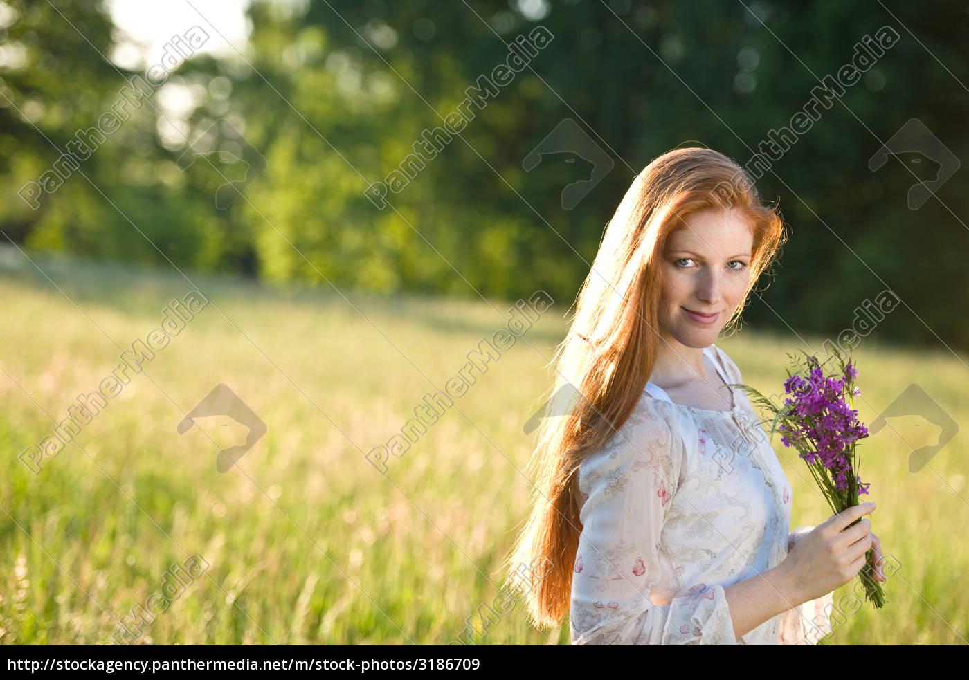 Lizenzfreies Bild 3186709 Lange Rote Haare Frau In Romantischer Sonnenuntergangs Wiese