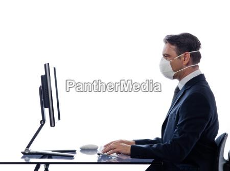 mann computer tragen schutzmaske