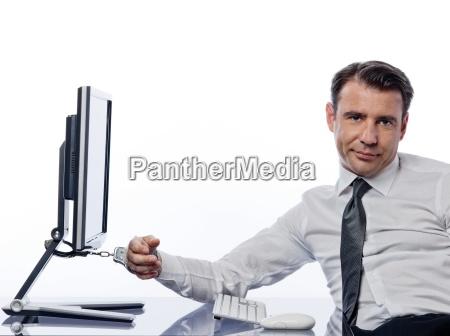 hand angekettet an computer mit handschellen