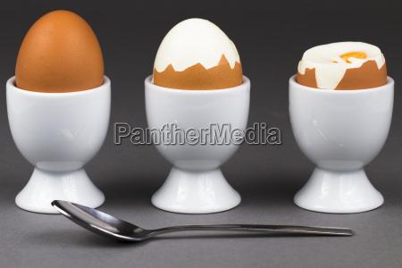 drei eier mit loeffel