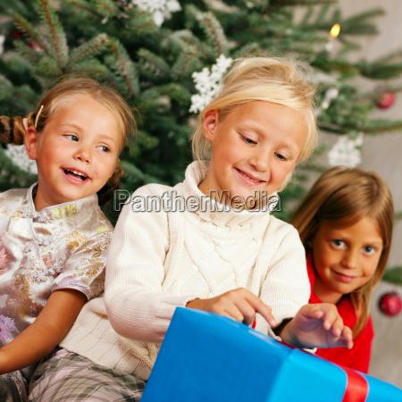 weihnachten kinder mit geschenken