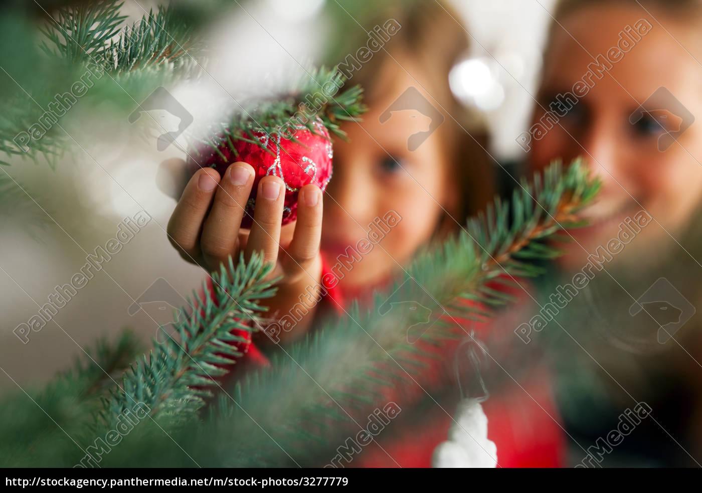 Wer Schmückt Den Weihnachtsbaum.Stockfoto 3277779 Familie Schmückt Weihnachtsbaum
