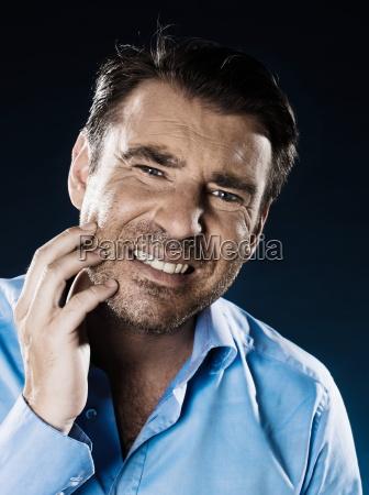 man portrait zahnschmerzen
