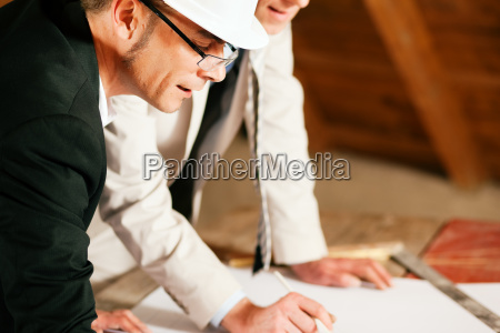 architekt und bauingenieur diskutieren