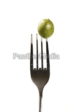 eine olive auf gabel