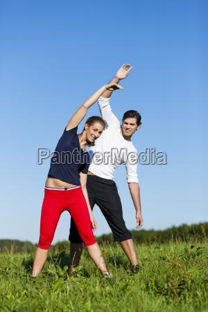 paar dehnt sich vor dem sport