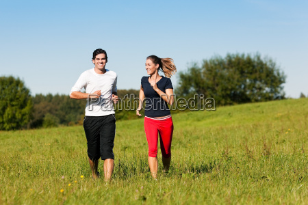 sport paar joggt im sommer
