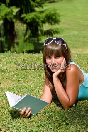 frau park sommer sommerlich jugendlicher teenager