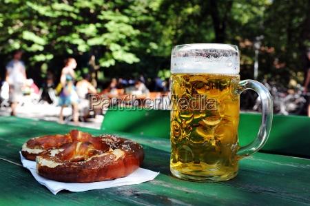 bier mit breze im biergarten