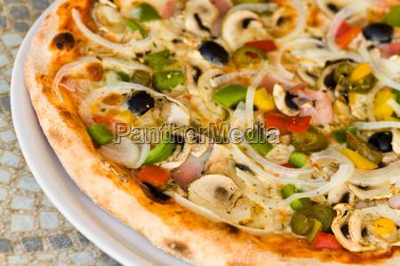 pizza champignon schwarze olive schinken