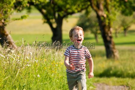 junge rennt einen feldweg entlang