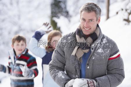 vater und kinder die schneeball kampf