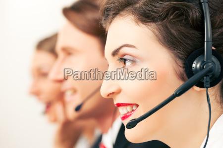 callcenter team beim telefonieren