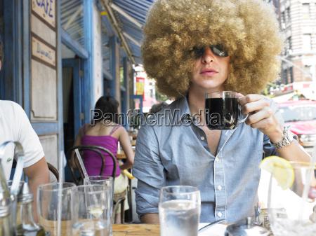 junger mann im cafe im freien