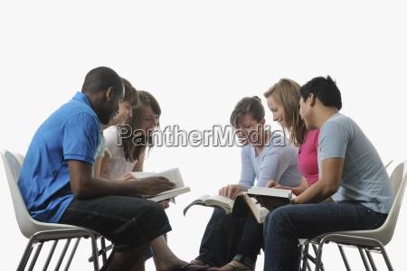 eine vielfaeltige gruppe von jungen erwachsenen
