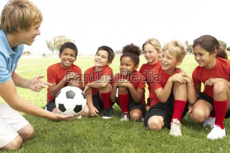 jungen und maedchen im fussball team