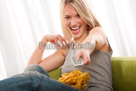 student junge blonde frau fernsehen