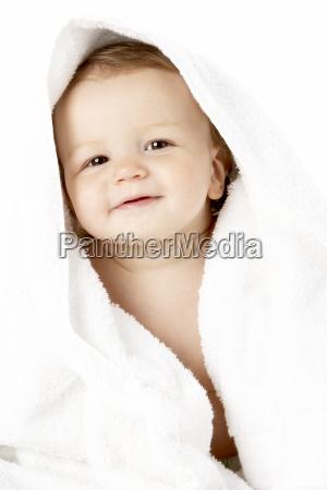 studio portrait des baby eingewickelt im