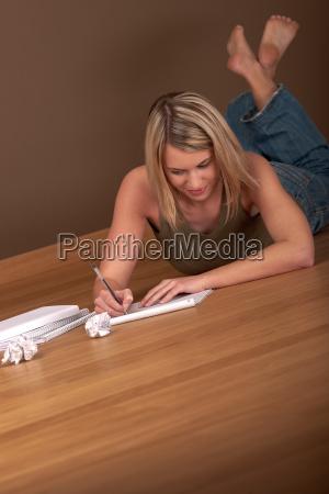 student glueckliche frau schreiben hausaufgaben