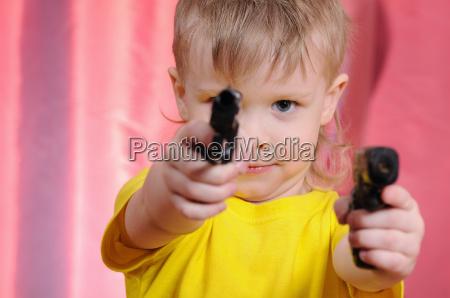 junge mit pistole