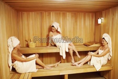 drei reife frauen mit handtuechern sitzen
