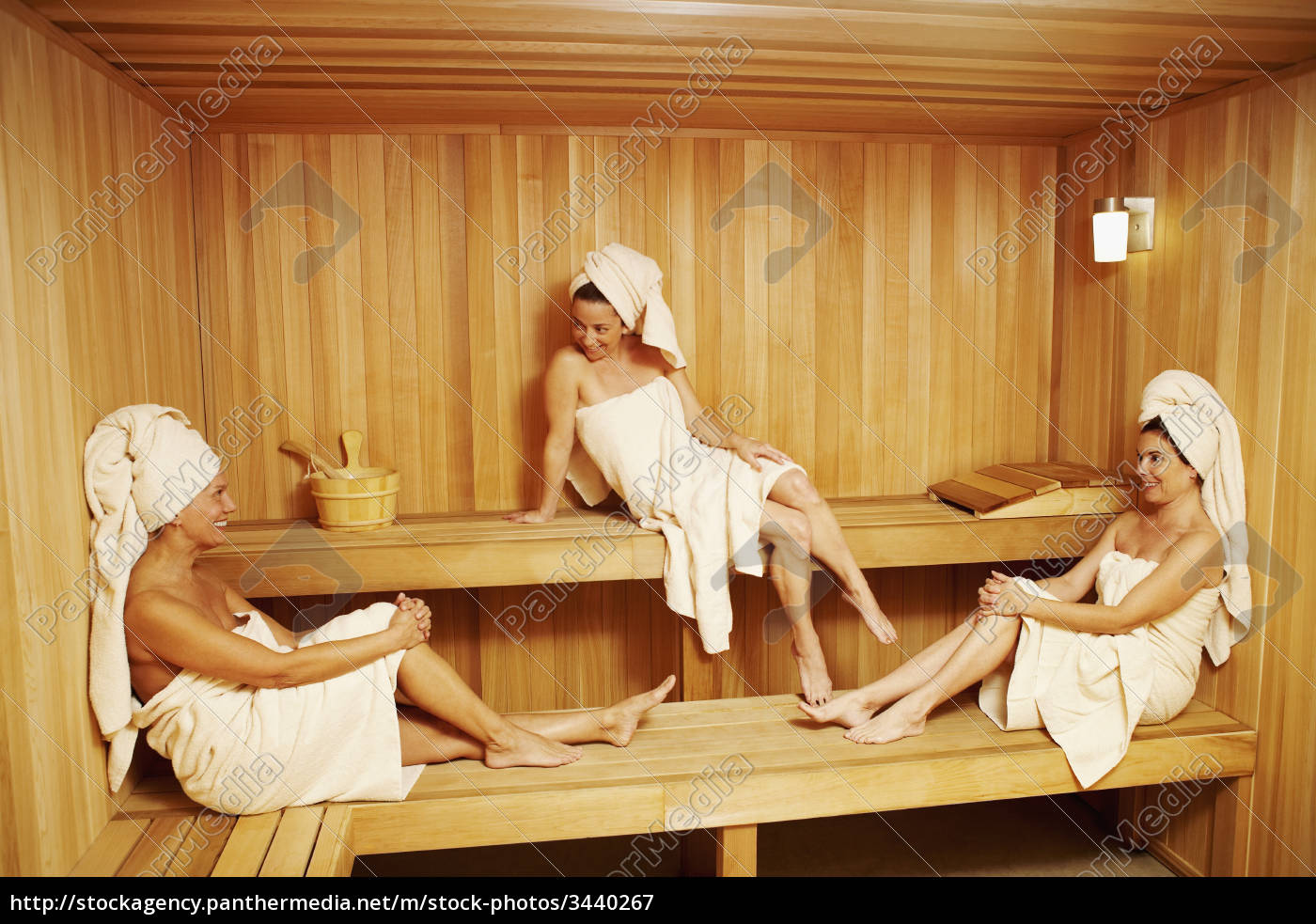 drei reife frauen mit handt chern sitzen in der sauna lizenzfreies bild 3440267. Black Bedroom Furniture Sets. Home Design Ideas