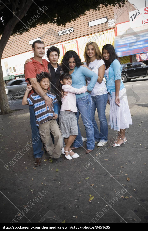 gruppenporträt, der, familie, im, stadtteil, downtown - 3451635