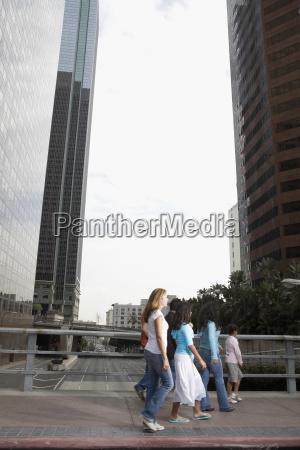familie ueberqueren bruecke in der innenstadt