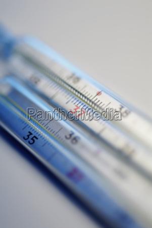 nahaufnahme von zwei thermometern