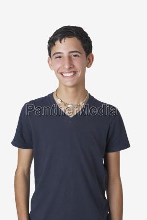 portraet eines teenager jungen laechelnd